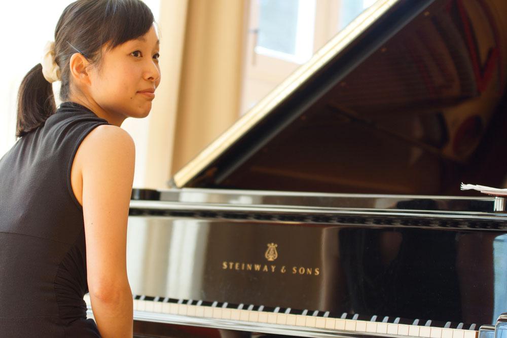 Die Pianistin Risa Adachi an ihrem Flügel