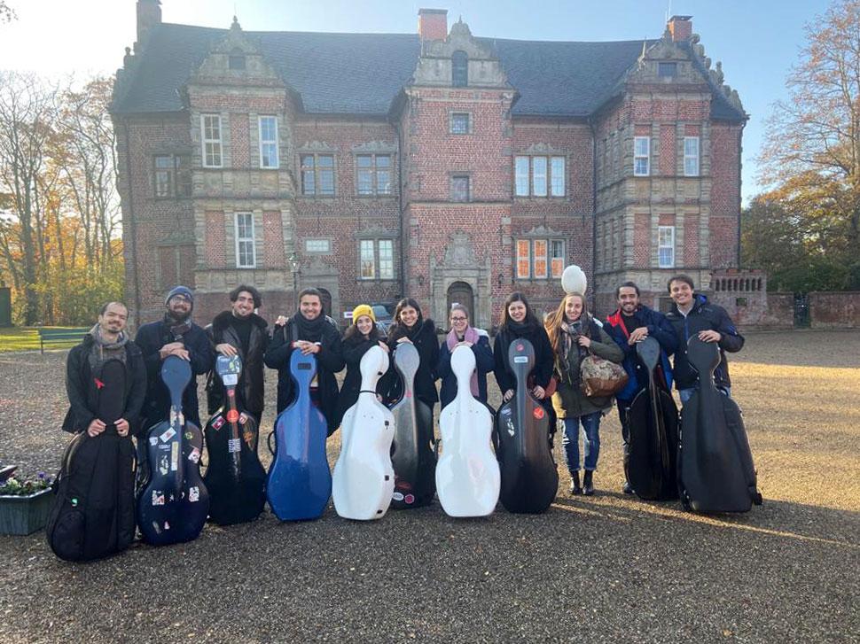 Die zwölf Cellisten vorm Erbhof Thedinghausen