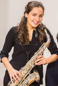 Asya Fateyeva mit ihrem Saxophon